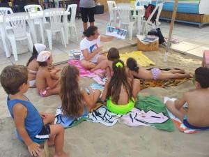 Bambini letture in spiaggia