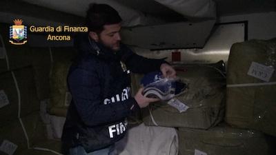 Ancona, oltre 120 mila articoli contraffatti sequestrati nel porto Dorico