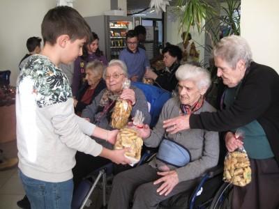 Castelraimondo, gli alunni dell'Istituto Strampelli in visita agli anziani della Casa di Ospitalità