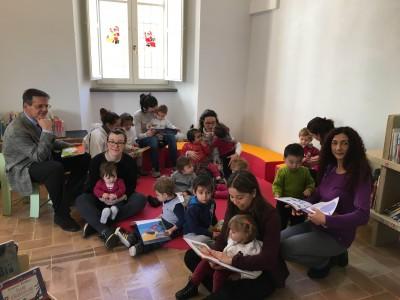 Macerata, i bambini del nido Gian Burrasca visitano il nuovo spazio della Mozzi Borgetti dedicato alla lettura dei piccoli