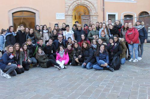 """Macerata, il sindaco riceve gli studenti del Liceo Leopardi e i """"colleghi"""" spagnoli di Guadalajar"""