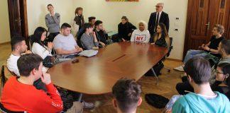 Gli studenti dell'Istituto Aleandri ricevuti dal sindaco Romano Carancini