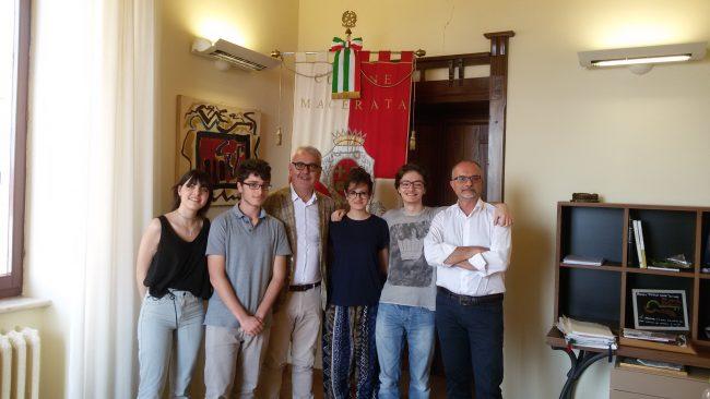 Il sindaco Romano Carancini e il funzionario dell'ufficio personale Stefano De Angelis con i quattro studenti impegnati nel progetto Alternanza scuola-lavoro