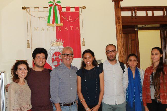 I ragazzi dell'associazione Raj Tunisie, Valentina Stefàno dell'Arci e il sindaco Romano Carancini