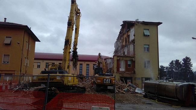 San Severino, demolizione dell'edificio di via Galilei in corso