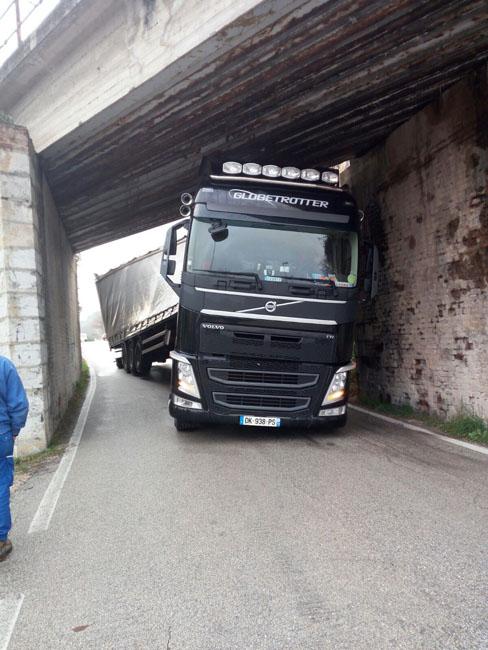 San Severino, autoarticolato bloccato sotto un ponte: illeso il conducente