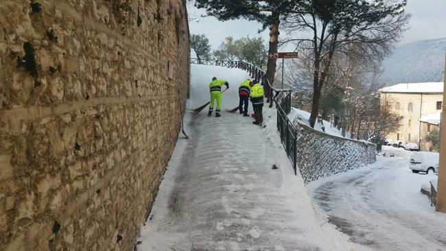 San Severino, monastero di Santa Chiara liberato dal ghiaccio