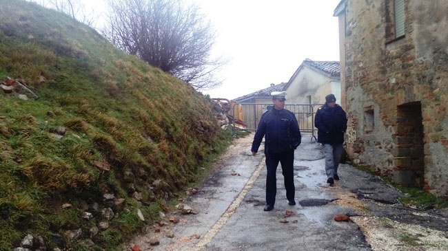 San Severino, maltempo: crolla edificio strada interrotta
