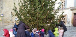 L'albero in piazza addobbato dai bambini di Camerino (1)