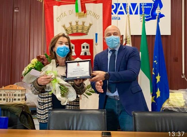il saluto alla segretaria comunale Alessandra Secondari.jpg (2)